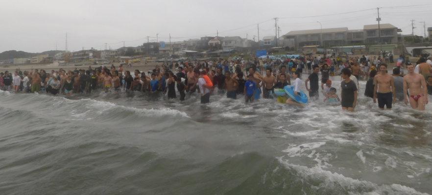 2017材木座海水浴場スイカ流し(8)大人の部スタート前